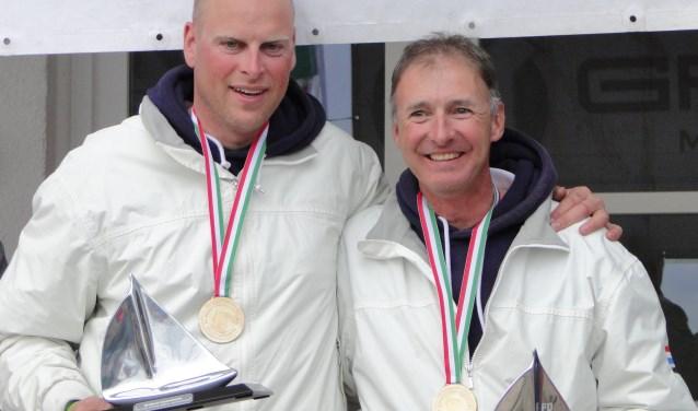 """Ard Geelkerken (links) en Enno Kramer (rechts) zijn klaar voor het WK Flying Dutchman zeilen. Kramer: """"We kennen elkaar door en door."""""""