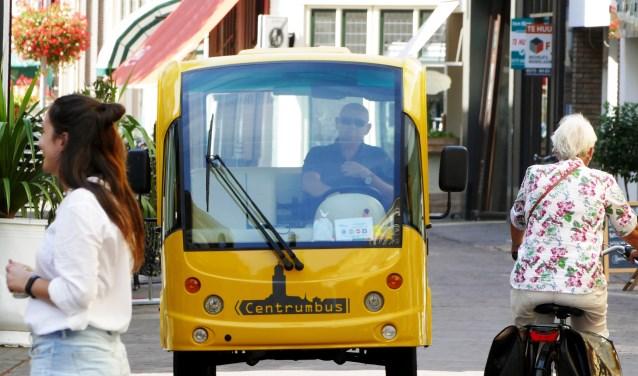 De centrumbus in de  Engestraat. Vanaf volgende week rijdt de bus ook naar Knutteldorp. (foto Auke Pluim)