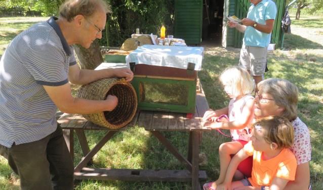 Evert van Leeuwen legt uit wat bijen precies doen.