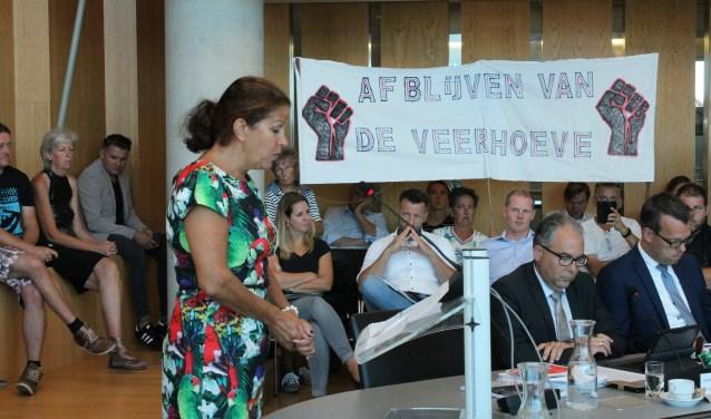 """Anneke Schraa sprak namens de campinggasten van De Veerhoeve in Wolphaartsdijk tijdens de raadsvergadering de Goese gemeenteraad toe: """"Laten we samen deze fout herstellen"""". FOTO: Leon Janssens"""