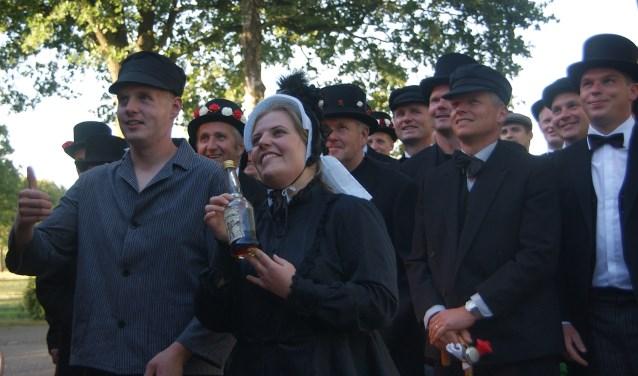 Danny en Margo gaan samen met zo'n veertig brulfteneugers heel Buurse door om mensen uit te nodigen voor het feest.