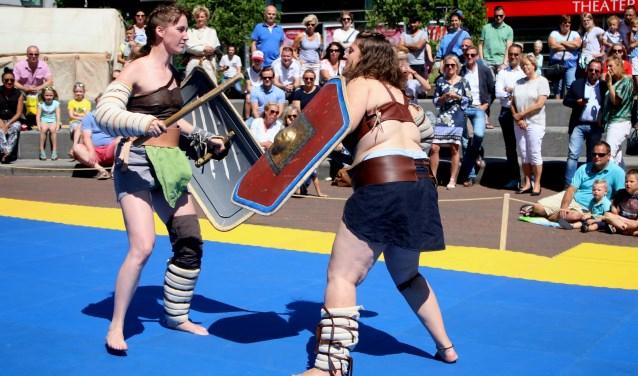 Gladiatrixen strijden op het Rijnplein