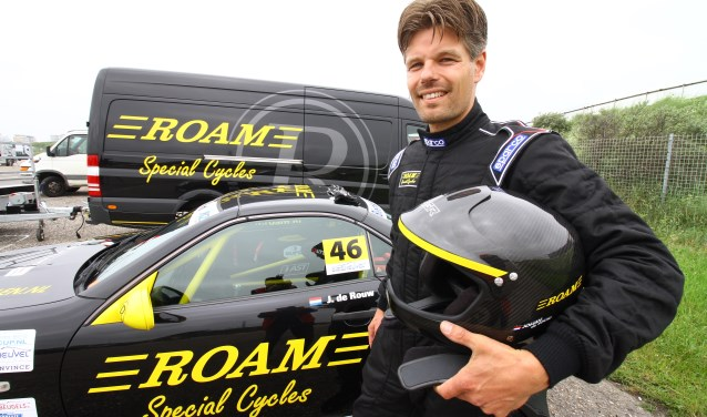Johan kocht een auto die binnen de reglementen viel, bouwde hem zelf om tot deze bolide en haalde zijn racelicentie. Doel dit seizoen? De SLK Cup winnen!