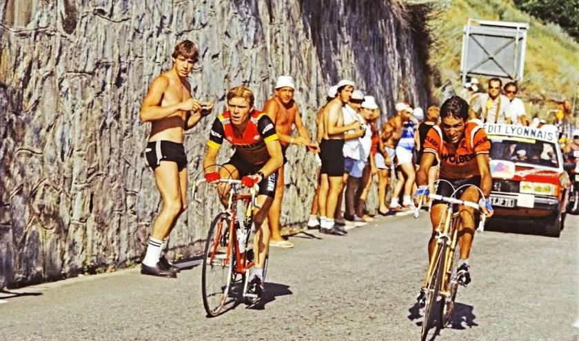 Peter Winnen (links) beklimt in de Tour van 1983 Alpe d'Huez. Hij won in het Raleigh-shirt de rit, voor Jean-René Bernaudeau (rechts).