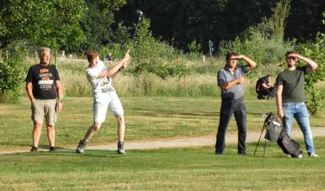 Kijken waar in de verte de golfbal terechtkomt. Foto: Shortgolf Berkelland.