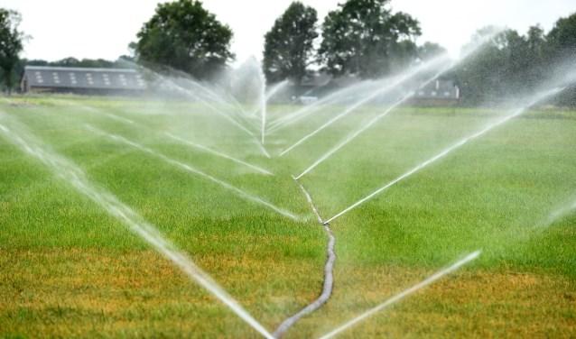 Sproeien tegen de aanhoudende droogte. (foto: Roel Kleinpenning)