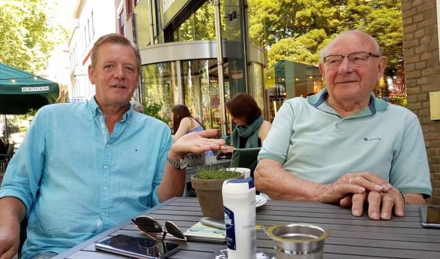 Watergrasvoorzitter Han Overkamp en vader Bertus hebben hun hoop gevestigd op het nieuwe college voor wat betreft de sporthal op de Tobbelocatie. Foto: Marianka Peters