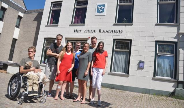De bewoners en begeleiders van Het Oude Raadhuis met van links naar rechts Stefan, Bob, Joy, Lucas, Sietske, Timo en Esther.