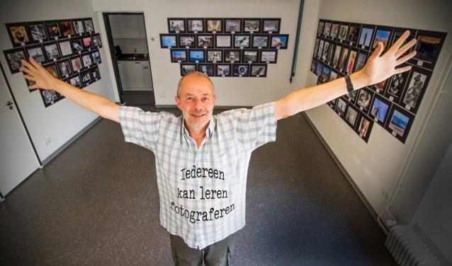 Vakfotograaf en docent Dies Groot in zijn multifunctionele werkruimte, nu ingericht als expositieruimte. Foto: cursist Piet van Duin