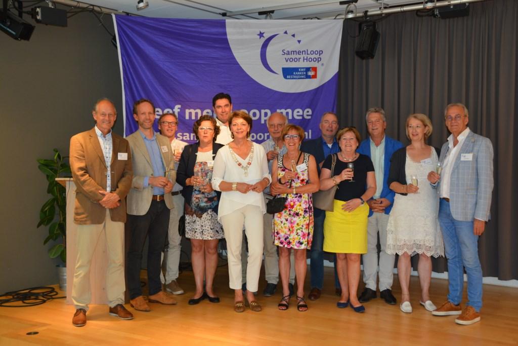 De mensen achter de Helmondse Samenloop voor Hoop met in het midden burgemeester/ambassadeur Elly Blanksma.