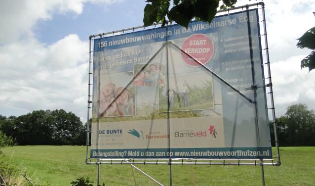 Aankondiging van woningbouw op de Wikselaarse Eng. Buurtbewoners vrezen kap van bomen.