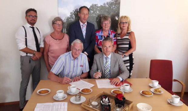 Pedro Swier van Vredehof (rechts) en Niels Sies namens de verhuurder tekenen het contract.