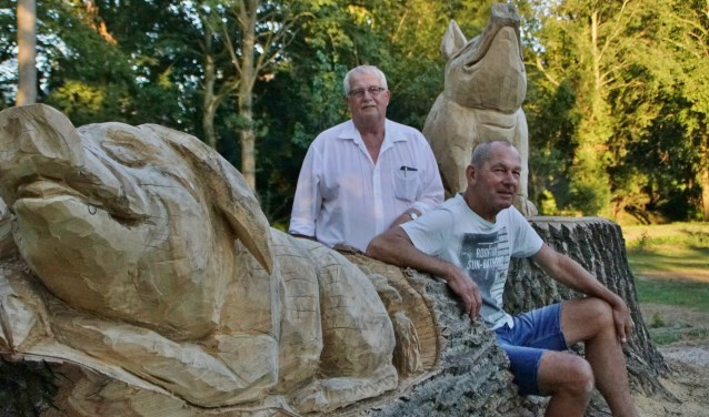 Dorpshuisbeheerder Ad Robbemondt (staand) en dorpraadslid Maarten Daalder op het 'varkensweitje', het parkje in Well. Foto: Alie Bakkenes