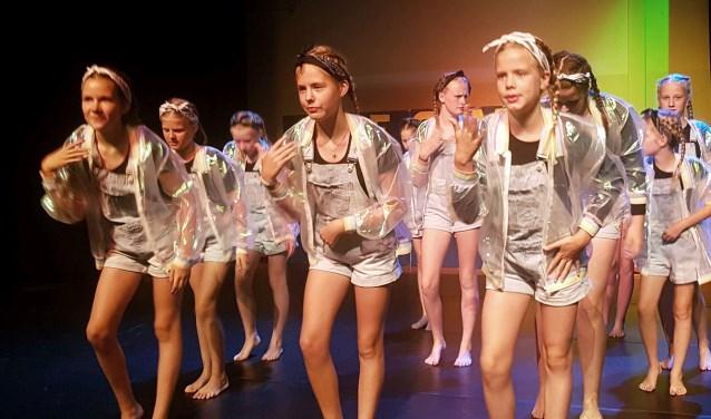 De dansers van Studio De Gaard gaven zaterdag voor een uitverkochte Van Gellicumzaal een voorstelling die liep als een trein.