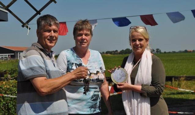 Martin en Jonna van der Steen 'kopen' molen De Lelie voor 1 euro en krijgen de sleutels van wethouder Jacqueline van Burg.
