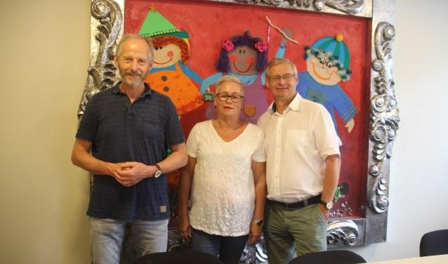 De leerkrachten Fons Lansink, Anneke Wild en Johan Kamp geven het onderwijsstokje door