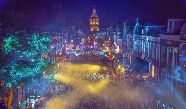 Zaterdagavond was het groot feest in de binnenstad. De volledige markt werd omgetoverd tot een kolkende dansvloer met lichten en een megascherm.