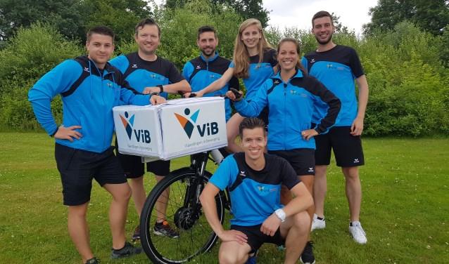 De buurtsportcoaches van Vlaardingen in Beweging zijn blij met de nieuwe E-bikes. (Foto: ViB)