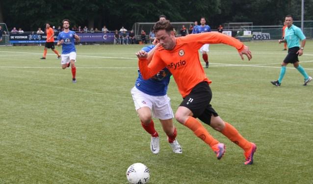 Tom de Vries in actie op het veld.