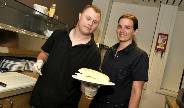 Foto-onderschrift: Sylvana Oostdijk en Stephan Karper kijken vol frisse moed naar de toekomst van lunchroom Victoria.
