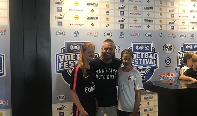 Michelle en Britt gingen samen met Nathan Rutjes op de foto.