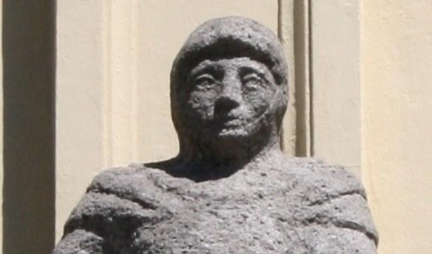 Het beeld van Gerard van Uden, gemaakt door Marius van Beek, als vermeende stichter van de Broederschap van Onze Lieve Vrouw aan de gevel van het Zwanenbroedershuis aan de Hinthamerstraat.