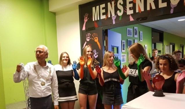 De entree voor de performance art van eht Kalsbeek College was minimaal 5 euro. Het opgehaalde geld gaat naar Amnesty International en PAX voor Vrede. FOTO: pr