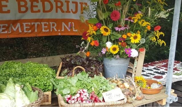 Kleurige bloemen en supergezonde groenten in de Landgoedwinkel op Landgoed Kraaybeekerhof in Driebergen.