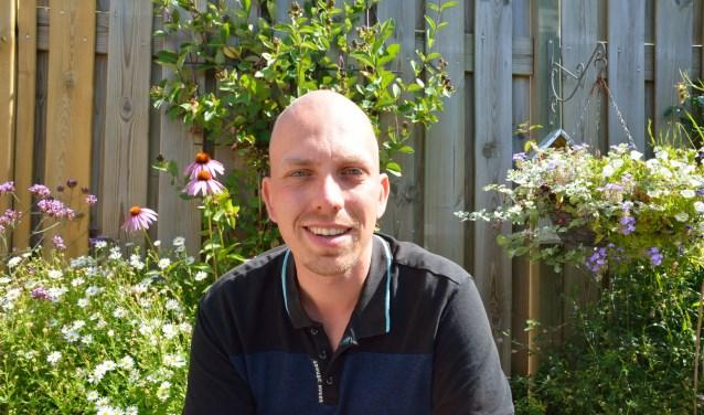 Jordy Houkes in zijn dier- en plantvriendelijke tuin. FOTO: eigen foto