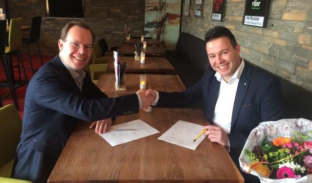 Na de ondertekening van het sponsorcontract geven Bert Frölich van Kunstwerk! (links) en Jan Heemskerk van Jumbo Heemskerk (rechts) elkaar de hand. (foto: PR)