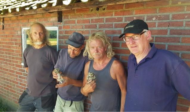 Mark Hessels, Pascal Stroeken, Ronald van Harxen en Hugo van Wamelen controleren de jonge steenuiltjes.