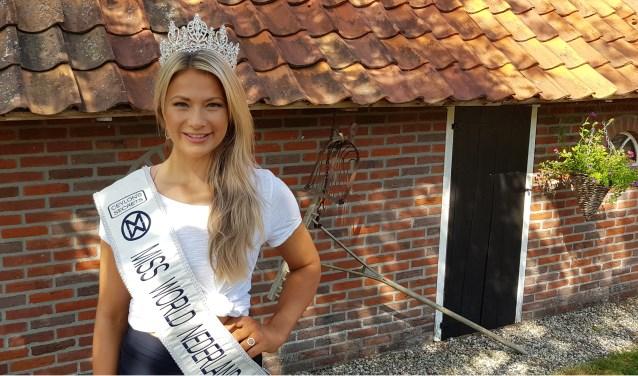 Leonie Hesselink, de gekroonde Miss World Nederland, poseert bij haar ouderlijk huis in Kotten.