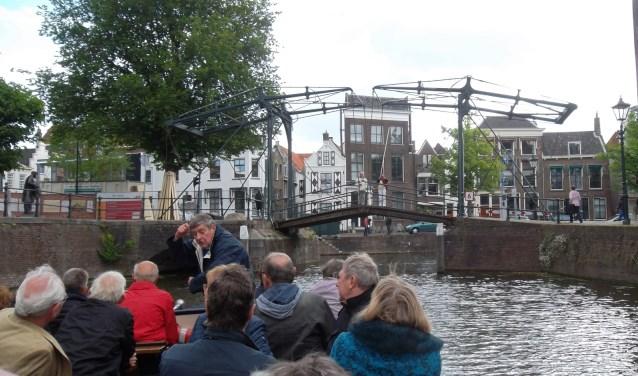 Onderweg vertelt de fluisterbootgids bijzondere verhalen en grappige anekdotes over de stad.