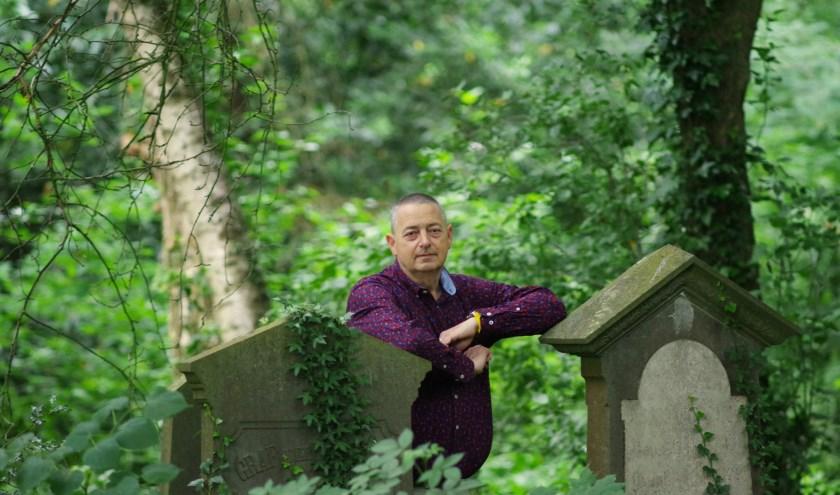 """Journalist Richard Thannhauser kreeg eind vorig jaar de onheilstijding. ,,Ik heb vanaf het moment dat kanker is geconstateerd gewerkt aan een boek."""" (foto Rob de Jong)"""
