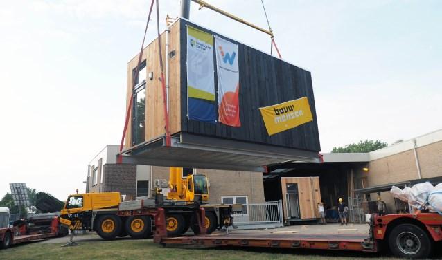 Een 'Tiny House' vertrekt van de bouwlocatie bij Bouwmensen Gelderland Oost