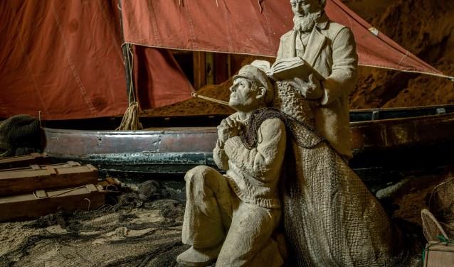 De zandsculpturen vertellen niet alleen Bijbelse verhalen, maar beelden ook de lokale kerkgeschiedenis uit. Daarbij is gebruik gemaakt van allerlei attributen, waaronder oude botters.