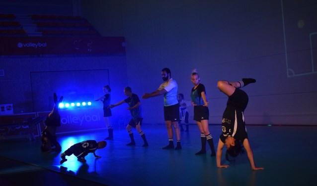 Dansschool Bransz geeft een dansshow weg tijdens de opening van de Van der Knaaphal.
