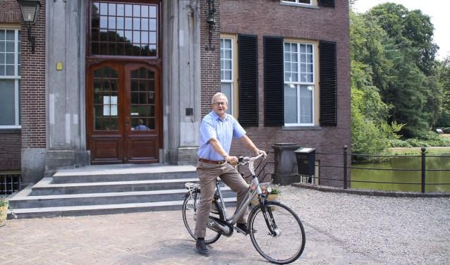 Peter van den Tweel, directeur van  Geldersch Landschap & Kasteelen,presenteerde de fietsroute. Deze voert onder andere langs kasteel Cannenburgh in Vaassen.