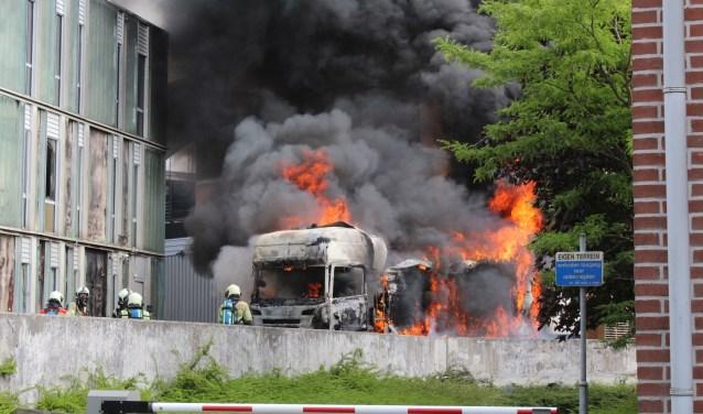 Wat begon met een rookpluimpje en een vonkje, zette binnen enkele minuten eerst de cabine en daarna de hele vrachtwagen in lichterlaaie. De brand werd opgeschaald naar GRIP 1. (Foto: Lysette Verwegen)