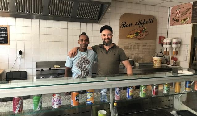 """Farid Elkadiri (rechts) in zijn zaak Bon Appetit aan de Brugstraat 22. """"We bieden iets unieks. We hebben niet de standaard pitabroodjes, maar Marokkaanse stokbroden en een mediterrane smaak."""""""