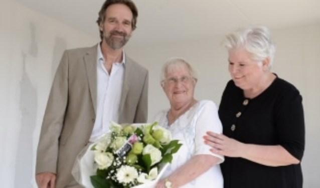 V.l.n.r.: Eugène Menagé (GroenWest), nieuwe huurder mw. Barten en haar dochter mw. De Waard. FOTO: Ulco Wesselink