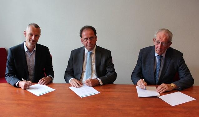 Ondertekening van de licentieovereenkomst door dhr. G.J.J. Karsten, dhr. G.J. Cornet en dhr. I.A. Kole. (foto: CBB)
