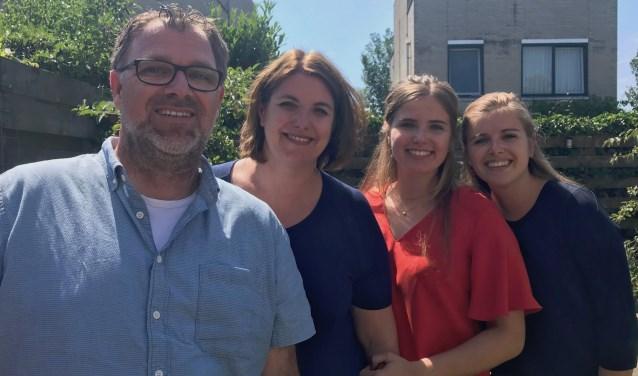 John en Gea Visscher, met dochters Manouk en Maureen (v.l.n.r.) merken dat ze als gezin dichter bij elkaar zijn gekomen in de afgelopen tijd. Op de foto ontbreekt dochter Zara.