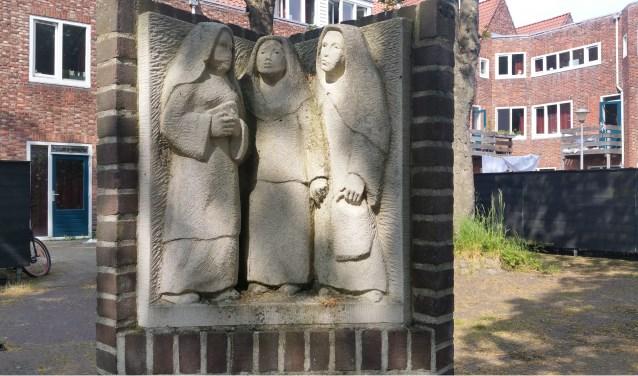 Het beeld Drie Begijnen van Peter de Jong staat op het plein bij de Stoppelaarstuin in Middelburg. FOTO: Theo Rietveld