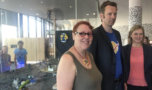 Ellen Pennings, Erik Laan en wethouder van der Woude bij de LEGO Moon City.