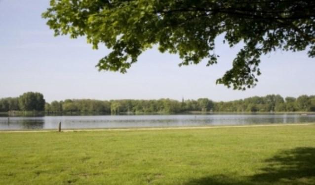 De zwemplas in de Delftse Hout is sinds maandag enkele dagen gesloten in verband met de bestrijding van blauwalg met waterstofperoxide.