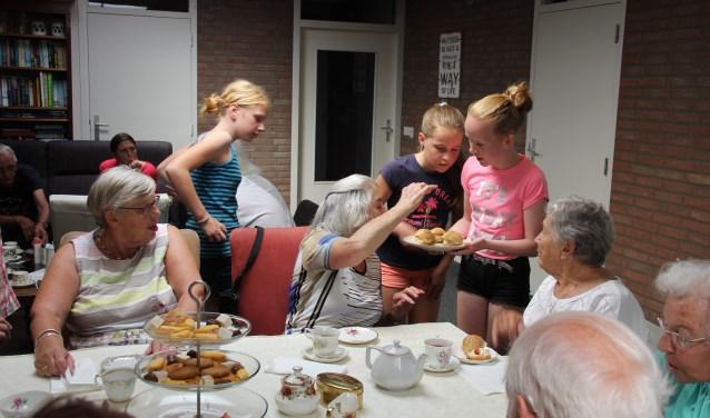 De kinderen trakteerden de ouderen op een High Tea (Foto: CBS De Wingerd)