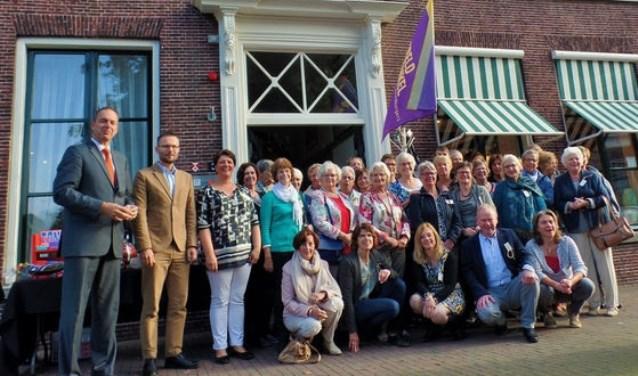 Peter met de vrijwilligers van de wereldwinkel voor het karakteristieke pand aan Cortgene 3 in Alblasserdam.