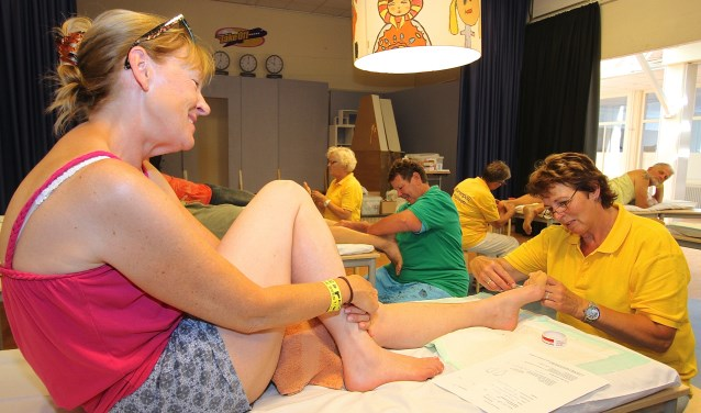Linda Cocco uit Huissen laat haar voeten preventief behandelen door Agnes Evers van de EHBO. (foto: Kirsten den Boef)