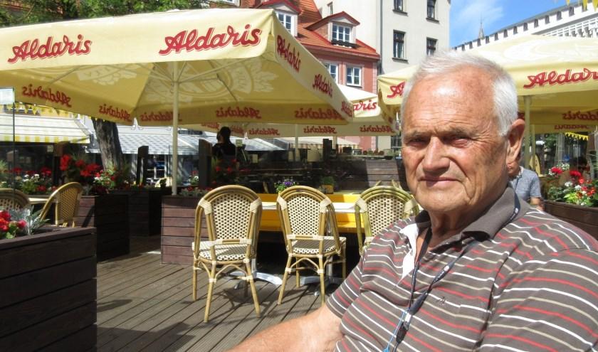 Tegenwoordig geniet van der Kruk van zijn pensioen. Zoals hier heerlijk op een terrasje in Riga.